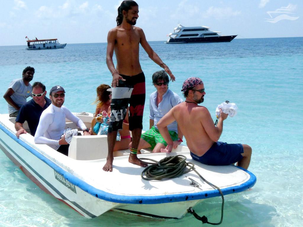 Barca de apoyo para llegar a las islas