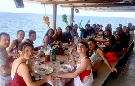 Cena en grupo Yate