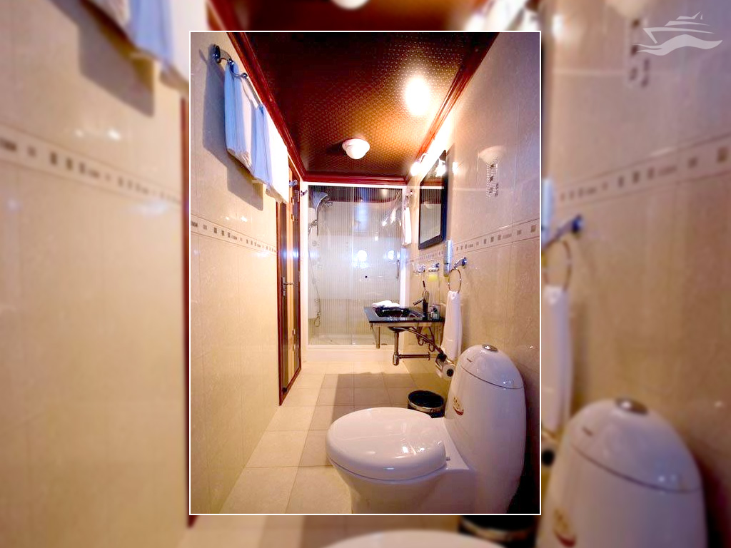 Baño completo con aseo y ducha. Yate Maldivas Han