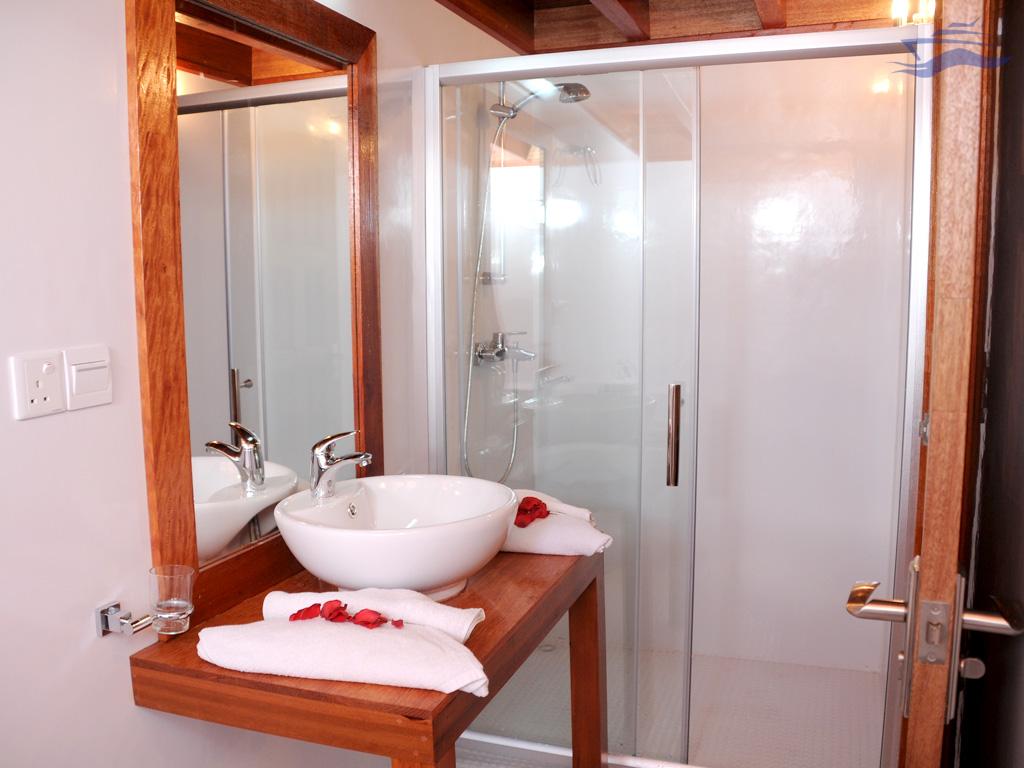 Baño completo con aseo y ducha. Yate Maldivas Ra