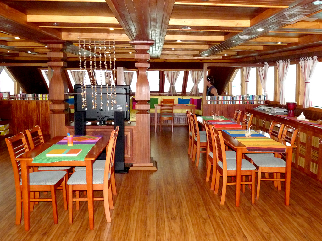 Cenar en el yate en alta mar